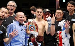 WBOスーパーフライ級王座決定戦で勝利し、喜ぶ井岡一翔(中央)。日本男子初の4階級制覇を達成した(19日、千葉市の幕張メッセイベントホール)=共同