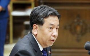 老後2000万円問題で安倍首相に質問する立憲民主党の枝野代表(19日、国会内)