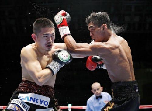 WBOスーパーフライ級王座決定戦でアストン・パリクテ(右)をTKOで破り、日本男子初の4階級制覇を果たした井岡一翔(19日、千葉市の幕張メッセイベントホール)=共同