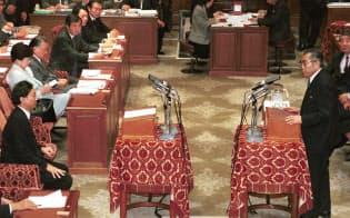 初の党首討論で答弁する当時の小渕恵三首相(1999年11月10日)
