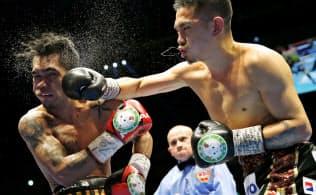 WBOスーパーフライ級王座決定戦の10回、アストン・パリクテ(左)を攻める井岡一翔。TKO勝ちし、日本男子初の4階級制覇を達成した(19日、千葉市の幕張メッセイベントホール)=AP