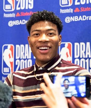 NBAのドラフト会議を翌日に控え、記者会見で笑顔を見せる米ゴンザガ大の八村塁(19日、ニューヨーク)=共同