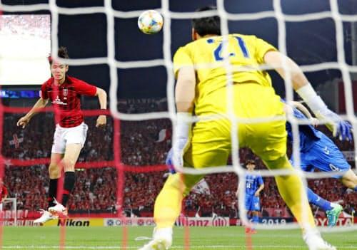 浦和―蔚山 前半、ヘディングで先制ゴールを決める浦和・杉本=左(19日、埼玉スタジアム)=共同