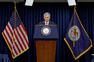 19日、FOMC後に会見するパウエルFRB議長(ワシントン)=ロイター