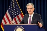 19日、FOMC後に記者会見するパウエルFRB議長(ワシントン)=ロイター