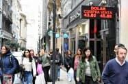 通貨安にともなうインフレが経済を低迷させている(6日、ブエノスアイレスの両替商)