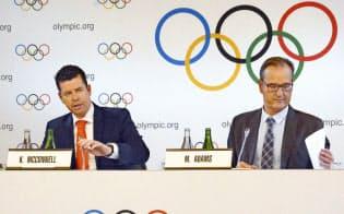 2020年東京五輪のボクシングの予選方式について説明するIOCのマコネル競技部長(左)ら(19日、スイス・ローザンヌ)=共同