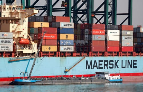 海運業も大量の二酸化炭素を排出しており、その規模はドイツ一国の排出量に匹敵するとの推計も(ベルギーのアントワープ)=ロイター