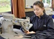 縫製加工業「アンプランニング」に勤めるベトナム人技能実習生ホアン・ティ・ミーさん(19日、新潟県村上市)=共同