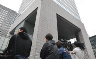 東郷証券本社があるビルの前に集まった報道陣(20日午前、東京都港区)