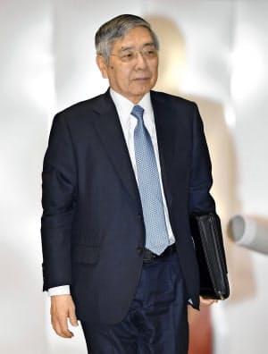 金融政策決定会合に出席するため、日銀本店に入る黒田総裁(20日午前)=共同