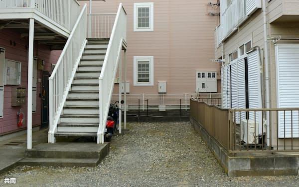 逃走した小林誠容疑者が乗っていた車が見つかった、アパートの敷地(20日午前、神奈川県厚木市)=共同