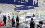 G20サミットの会場となるインテックス大阪周辺を警備する警察官(20日、大阪市住之江区)