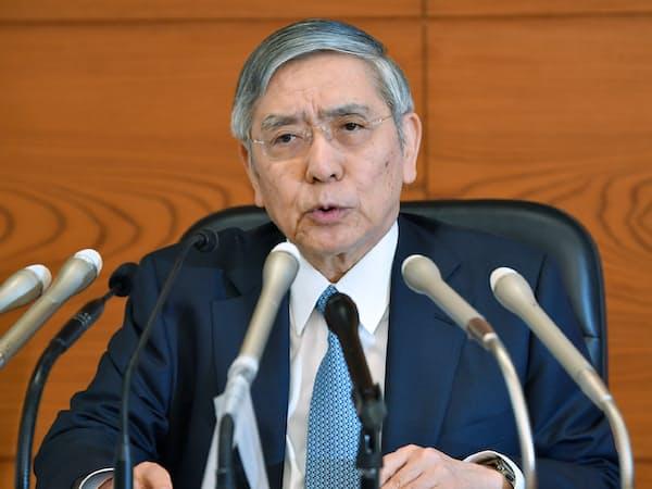 金融政策決定会合後、記者会見する日銀の黒田総裁(20日、日銀本店)