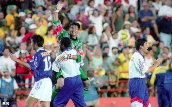 優勝候補のブラジルを破る「マイアミの奇跡」を演じ、飛び上がって喜ぶGK川口能活ら日本五輪代表チーム=共同