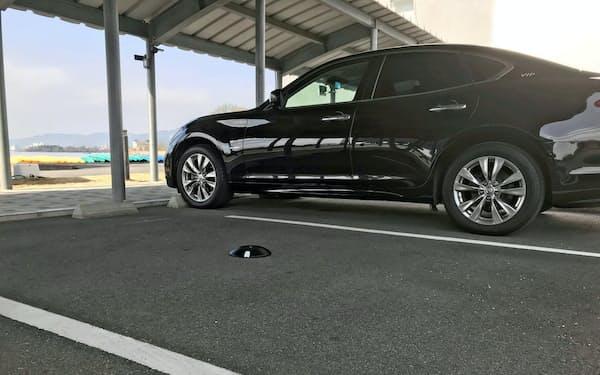 駐車スペースに設置したセンサーで車が停車しているかどうかを検知する