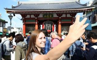 東京五輪のある20年夏のインバウンド数は今年より減るとの指摘もある(東京・浅草)