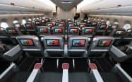 報道陣に公開された日本航空の大型旅客機「A350-900」の客室(20日、羽田空港)