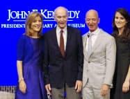 シンポジウムに参加した(左から)ケネディ前駐日米大使、アポロ11号元飛行士のコリンズさん、ジェフ・ベゾス氏ら=共同