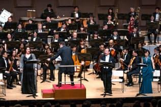 メルベート(左)が多彩な歌声を披露した=朝日新聞文化財団提供