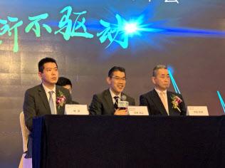 会見する日本電産の吉本浩之社長(中央、北京、20日)