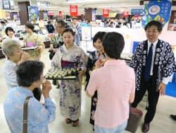 高島屋横浜店では浴衣を着込んだ店員らが試食で商品をPRした(20日、横浜市)