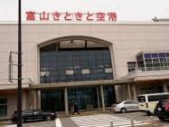 富山―上海便は7~9月の間、週4往復体制になる(富山空港の正面)