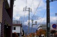 電線や電柱が北アルプスを望む景観を損ねている