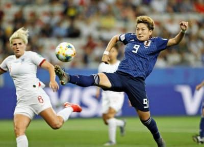 日本―イングランド 後半、ゴールを狙う菅沢(右)=共同