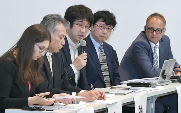 討論するダスカロヴァ氏(左)ら(20日、東京都新宿区)
