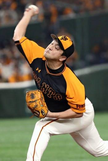 7回から登板し、2勝目を挙げた巨人・沢村(20日、東京ドーム)=共同
