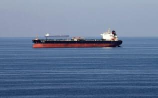 中東産原油の供給に懸念(ホルムズ海峡の原油タンカー)=ロイター