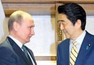 2016年12月、山口県長門市で会談に臨むロシアのプーチン大統領(左)と安倍首相=共同