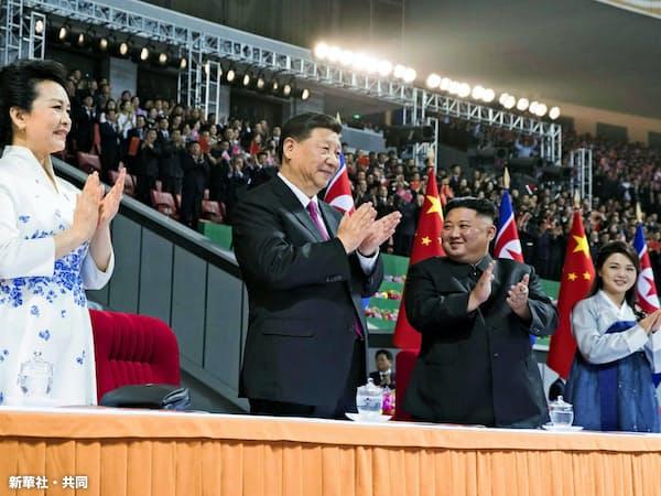 マスゲームを鑑賞する習近平国家主席と金正恩委員長の両夫妻(20日、平壌)=新華社・共同