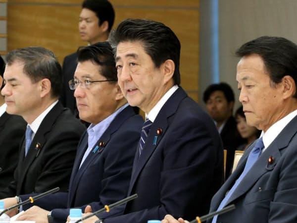 知的財産戦略本部の会合であいさつする安倍首相(21日、首相官邸)