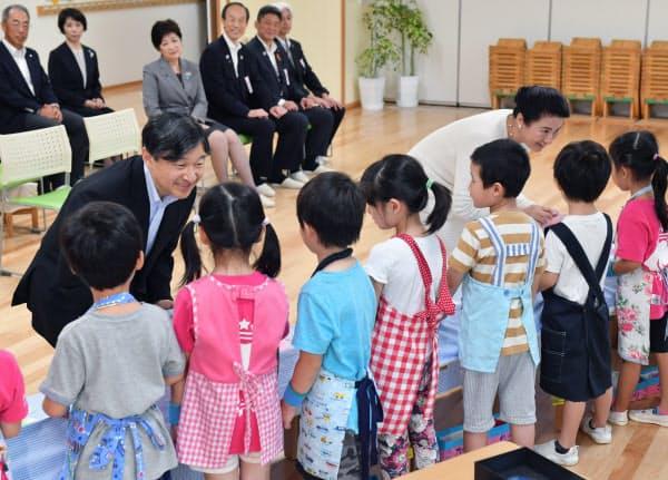 区立麻布保育園を視察に訪れ園児らと交流する天皇、皇后両陛下(21日午前、東京都港区)