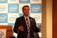 FPGAについて説明するインテルのダン・マクナマラ上席副社長