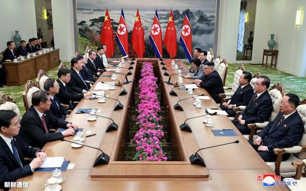 錦繍山迎賓館で開かれた中朝首脳会談(20日、平壌)=朝鮮中央通信