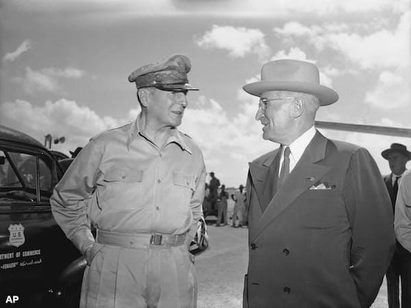 トルーマン大統領(当時、右)は朝鮮戦争の中国への戦線拡大を求めたマッカーサー司令官を解任したことなどで、強い批判にさらされた=AP