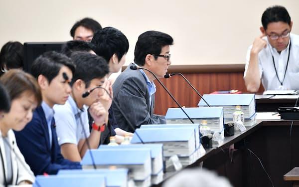 再開した都構想の法定協議会で発言する松井大阪市長(中央)=21日、大阪府庁