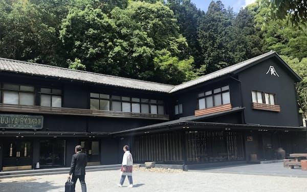 復興した老舗旅館の富士屋は、大正時代の雰囲気を残す