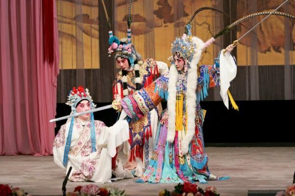 京劇「百花贈剣」で史依弘は百花公主(王女)役を演じる
