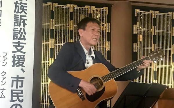 支援集会で歌う原告の黄光男さん(5月、鹿児島市)