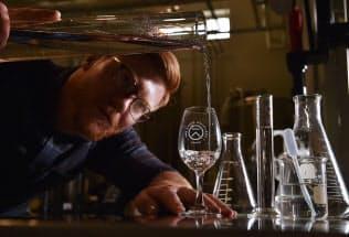 香りの傾向ごとに蒸留した6種類の原酒をブレンドし味わいを調整していく=大岡敦撮影