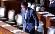 衆院本会議で自身の不信任決議案が否決され、一礼する麻生財務相兼金融相(21日)