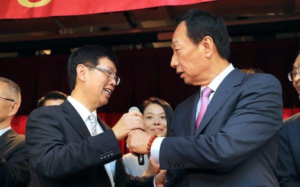株主総会を終え、あいさつする鴻海の郭台銘董事長(右)と次期董事長の劉揚偉氏(21日午後、台湾・新北市)=小林健撮影