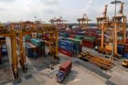 タイから中国への輸出が落ち込んでいる(バンコクの港湾)=ロイター