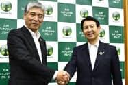 九州フィナンシャルグループの松山新会長(左)と笠原新社長(21日、鹿児島市)