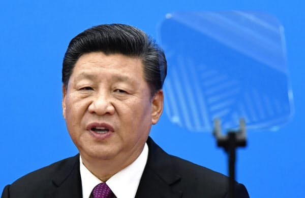 記者会見する中国の習近平国家主席(4月27日、北京)=共同