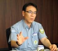 今期の生産見通しを説明するコマツ粟津工場の岡本工場長(21日、石川県小松市)